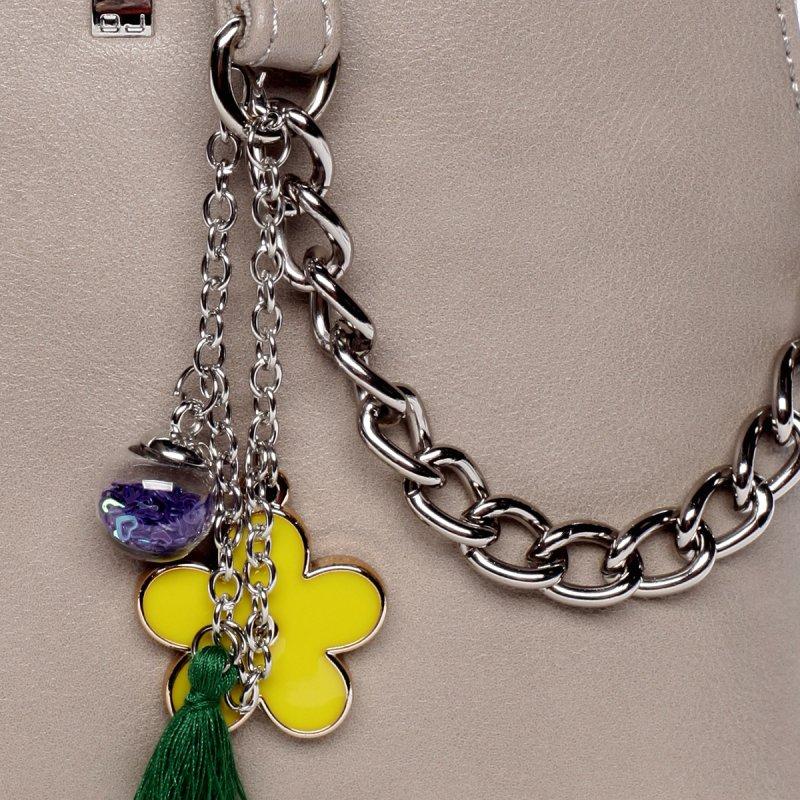 Moderní dámská koženková kabelka s přívěškem Flower camel