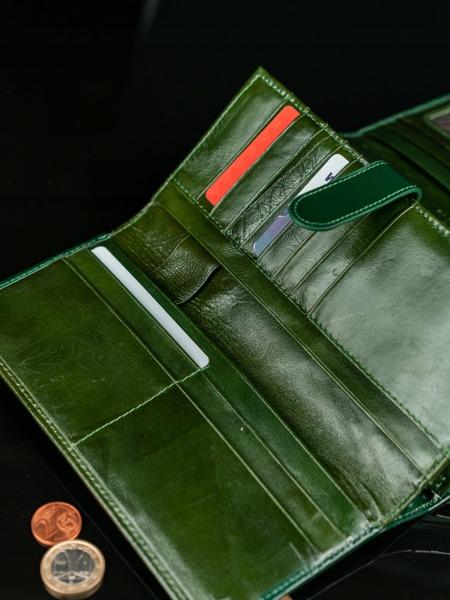Moderní luxusní kožená peněženka, tmavě zelená