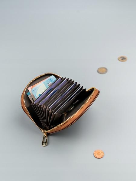 Malá dámská peněženka na doklady Jily, lesklá hnědá