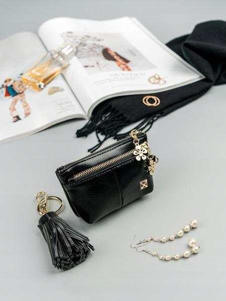 Malá moderní peněženka s přívěškem, černá