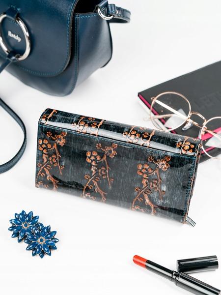 Větší lesklá peněženka s klopou Kara, hnědá