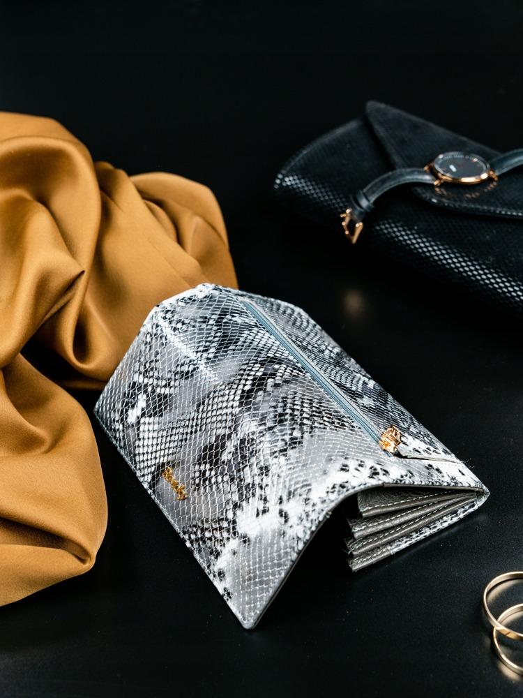 Kožená peněženka se vzorem hadí kůže Tera, stříbrná
