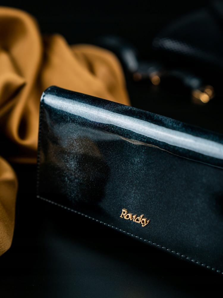 Lakovaná kožená peněženka s klopou Kira, černá