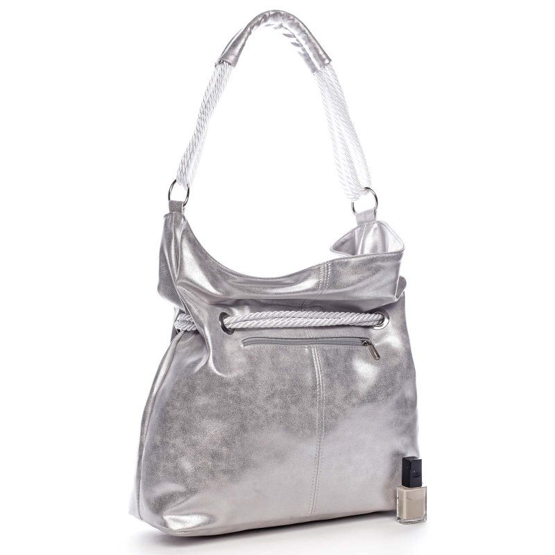 Krásná prostorná taška v nadčasovém designu metalicky stříbrná